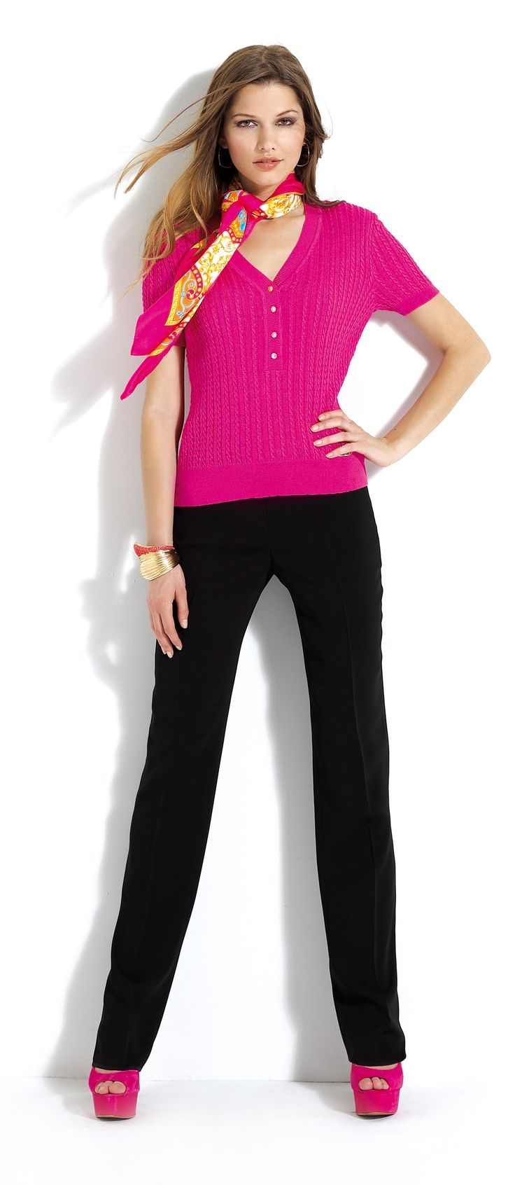 Pantalón negro con jersey de color #rosa #trousers #pink #tshirt