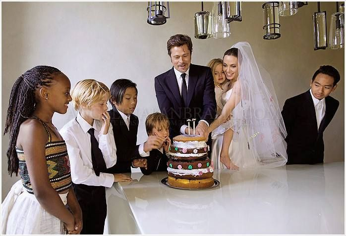 See Angelina Jolie in her Wedding Dress, Angelina & Brad Pitt Wedding Photos