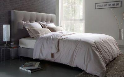 Tête de lit recouverte de tissu polyester et polyamide, L 160 cm x P 9 cm x H 125 cm, 995 euros, Camif.