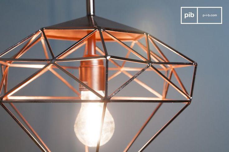 La lampada a sospensione Sancy ha una bellissima forma a diamante interamente realizzata in metallo e di color rame. La struttura non è ricoperta di vetro. Anche il porta lampadina è di color rame per contribuire all'armonia della lampada.