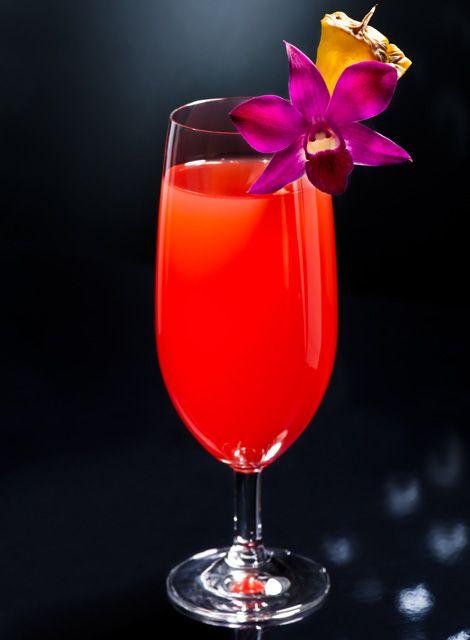Singapore Sling       Zutaten: 3 cl Gin, 1½ cl Cherry Brandy (Kirschlikör), 12 cl Ananassaft, 1½ cl Limettensaft, 1½ Barlöffel Bénédictine, ¾ cl