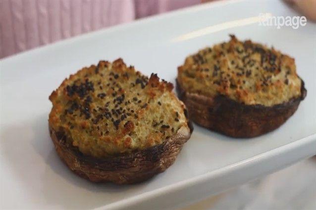I funghi ripieni al forno sono dei cappelli di funghi farciti con uova, pangrattato e pesto e cotte al forno. Un antipasto sfizioso e veloce da personalizzare a proprio piacimento