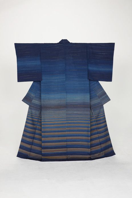 Perpétuant cette tradition, Fukumi Shimura porte une extrême attention au choix des coloris comme l'attestent les kimonos présentés ici. Dans les collines verdoyantes de Kyôto où se niche son atelier, elle crée ses teintures à partir de toutes sortes de végétaux : grémil des teinturiers, garance, sappan, gardénia, oignon... D'autres matériaux naturels entrent dans le long processus de fabrication de ses kimonos, puisque les fils délicats sont produits par les vers à soie et que certains ...