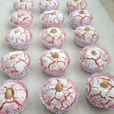 Ingrédients: 500 g d'amandes blanc moulu 300 g de sucre glace une cuillère à café de vanille 2œuflégèrement battus arôme fraise un peu de colorant (de v