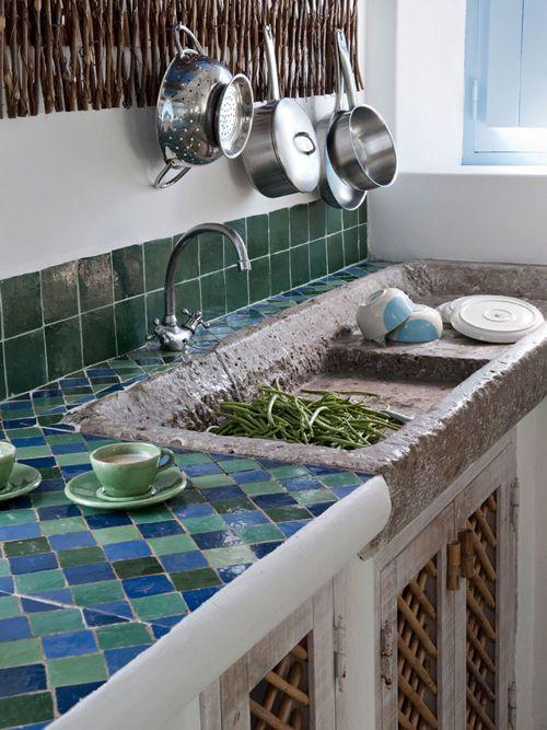 Cocina con aire rustico al usar en las puertas insertos de rejillas que quedaron de la decoración del jardín. M. Melara
