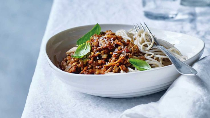 En vegetarisk udgave af spaghetti med kødsauce. Linse-bolognesen er fyldt med smag og minder så meget om originalen, at man snildt kan blive snydt. Her får du opskriften på spaghetti med linse-bolognese