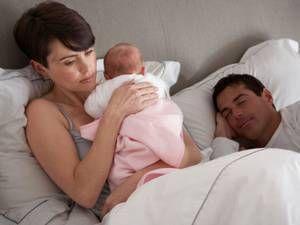 Farligt låta spädbarn sova hos föräldrarna