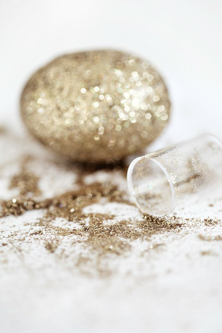 Sparkling gold Easter eggs//