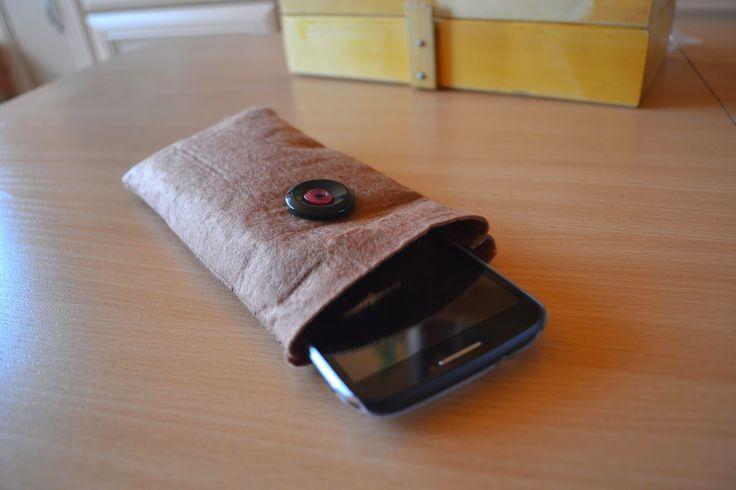 #DIY — własnoręcznie uszyty pokrowiec na #telefon. Trochę pracy z tym było, ale jaka satysfakcja! Instrukcja: http://www.teoriakobiety.pl/2014/08/diy-filcowy-pokrowiec-na-telefon.html