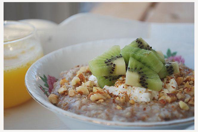 Mättande fibergröt - Mättande fibergröt toppad med keso, kiwi och nötströssel - njut av morgonstunden!