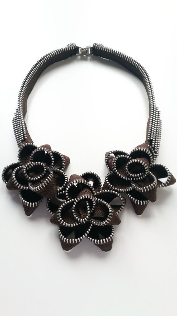 El collar de cremallera de rosas de Chocholate por ReborneJewelry                                                                                                                                                                                 Más