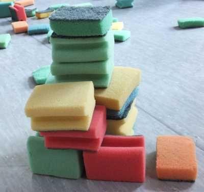 Schwämme sind ein tolles Sport- und Spielgerät für Kinder. Wir nutzen sie auch zur mathematischen Früherziehung. Material: Spielkarten Zahlen und Punkte (gibt es in unserem Shop), Abwaschschwämme Alter: ab 4 Jahre Spielidee: Die Schwämme liegen auf einem Berg zentral im Raum. Die Spielkarten mit Punkten und Zahlen sind gut gemischt beim Übungsleiter. Jedes Kind sucht…