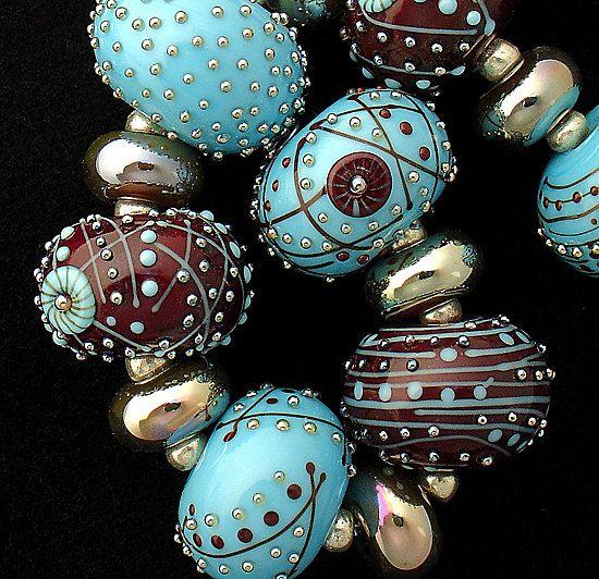 Une belle bio lot de 13 disques en verre fabriqués en turquoise et brun foncé. Accents comprennent le travail stringer fine, mon murrine fait à la main et les points de verre en argent. Les mesures sont à peu près. 75 de diamètre pour chaque perle. S'il vous plaît me donner 2-4 semaines pour terminer vos perles. Si j'ai besoin de commander n'importe quel objets spéciaux pour vos perles, qui peut augmenter le délai de 2 semaines. Je veux que vous soyez heureux avec mes perles. S'il vous…