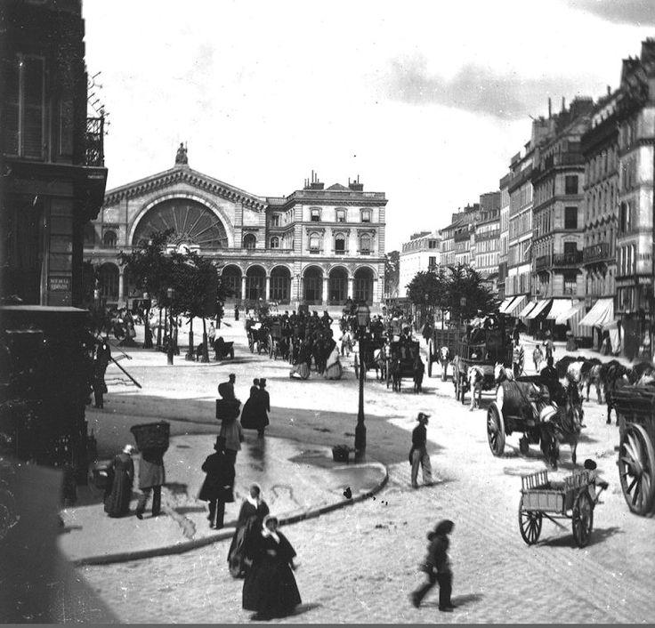 L'animation proche de la gare de l'Est, toute nouvelle à ce moment, vers 1860. Le photographe, William England, se trouve au coin de l'actuelle rue Sibour (qui faisait partie jusqu'en 1865 de la rue de la Fidélité) (Paris 10ème)