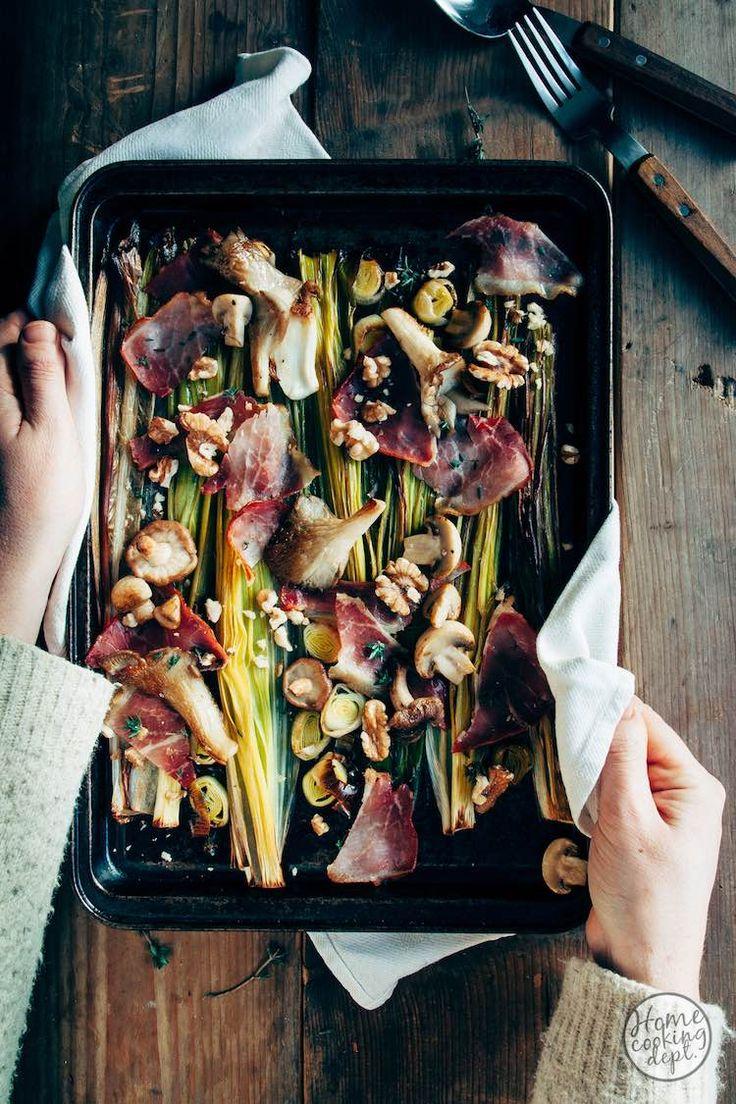 Snel klaar: deze prei uit de oven. De oven doet het werk en maakt de prei heerlijk zacht en de ham krokant. Lekker mooi gebakken paddestoelen en verse tijm!