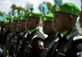 22-Apr-2013 2:50 - 185 DODEN BIJ GEVECHTEN NIGERIA. Gevechten tussen het Nigeriaanse leger en een groep islamitische extremisten hebben dit weekend zeker 185 levens geëist. Dat hebben de Nigeriaanse autoriteiten bekendgemaakt. De gevechten waren in de noordoostelijke stad Baga, bij de grens met Tsjaad. Volgens het leger maakten de moslimstrijders gebruik van zware machinegeweren en raketgranaten. Ook zouden ze burgers hebben gebruikt als menselijk schild. Het noorden van Nigeria is...