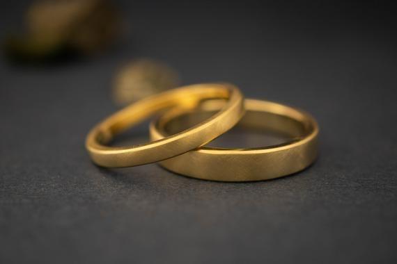 Yellow Gold Wedding Set Matching Couples Wedding Bands Etsy In 2020 Yellow Gold Wedding Set White Gold Wedding Bands Minimalist Wedding Rings