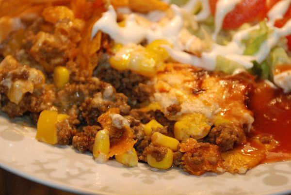 En enkel tacogratäng som blir väldig god och krämig. Tacogratäng med vitlöksost 500 g köttfärs 1 påse tacokrydda 1 majsburk 1 gul pa...