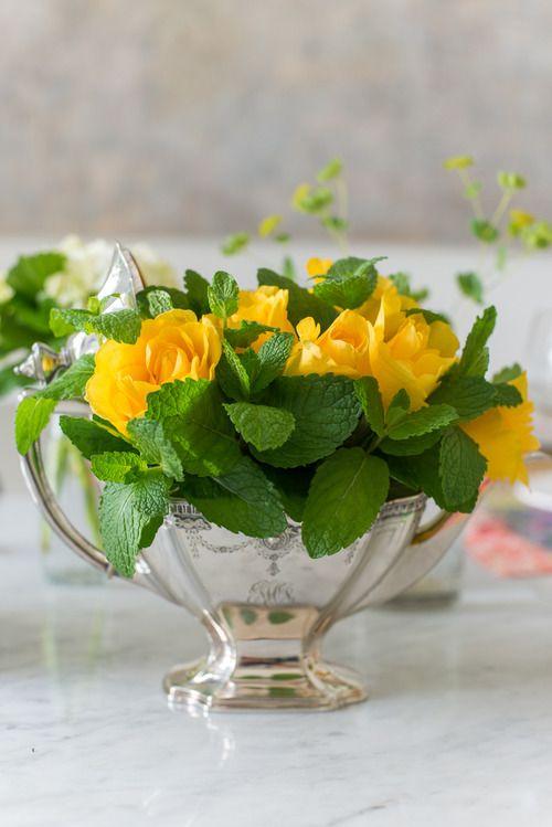 Arranjo lindo feito com rosas amarelas e galhos de hortelã dispostos em uma linda chaleira!: