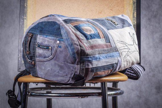 *** bRuckSack SHOP - UPCYCLED JEANS mochilas ***  ¡Bienvenido a mi tienda! Mi nombre es Tatiana y hago patchwork únicos jeans mochilas. ¡Mira mi trabajo!  * * *  Se trata de un bolso de patchwork único de oscuro azul claro, azul y marrón del dril de algodón con suave patrón cuadrado geométrico.  Se hace fuera de los pantalones vaqueros usados. Tiene parte inferior redonda, espalda cosido, un bolsillo grande y un pequeño dentro de uno, también un bolsillo con cremallera exterior.  Es unisex…