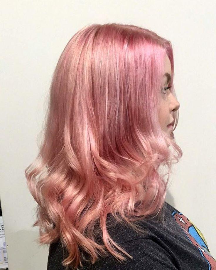 Для того, чтобы белокурые локоны выглядели сияющими, а прическа – динамичной, для получения эффекта «розовый блондин» волосы можно окрасить в технике «стробинг», добавляя к основному цвету более светлые или платиновые «перья»