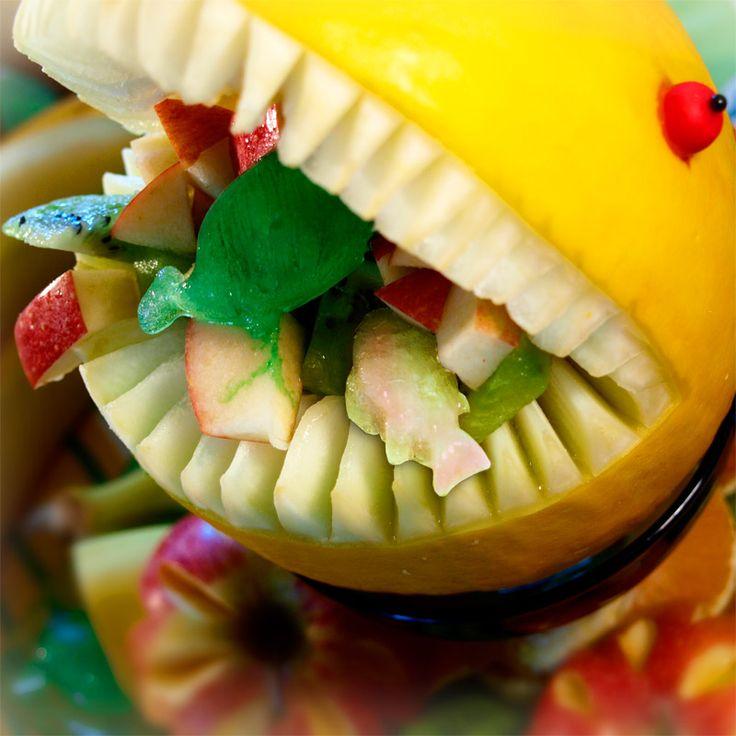 Merielämää -muotilla teet hauskat jääpalat viilentämään hedelmäsalaattia. Jääpalan nesteenä voi käyttää sokerilientä, joka sulaessaan maustaa hedelmäsalaattia entisestään.