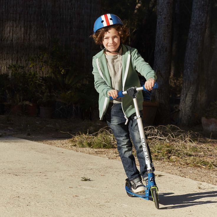 Este patinete está diseñado para resistir la energía de un niño en el parque, es muy robusto. La plataforma es antideslizante y las empuñaduras son gruesas, facilitando el agarre de sus manitas, para que tu peque se sienta siempre seguro. Las ruedas son de PVC de 120mm, los rodamientos de 608z y cuenta con freno en la rueda trasera. Además, cuenta con la garantía Zinc, años de experiencia en desarrollo e innovación de patinetes. #patinete #juguetes #deportes
