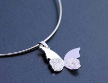 Hanger vlinder, met persoonlijke vingerafdrukken. Dierbare herinnering. Geelgoud, witgoud, zilver, goud. DIARTdesnign.nl