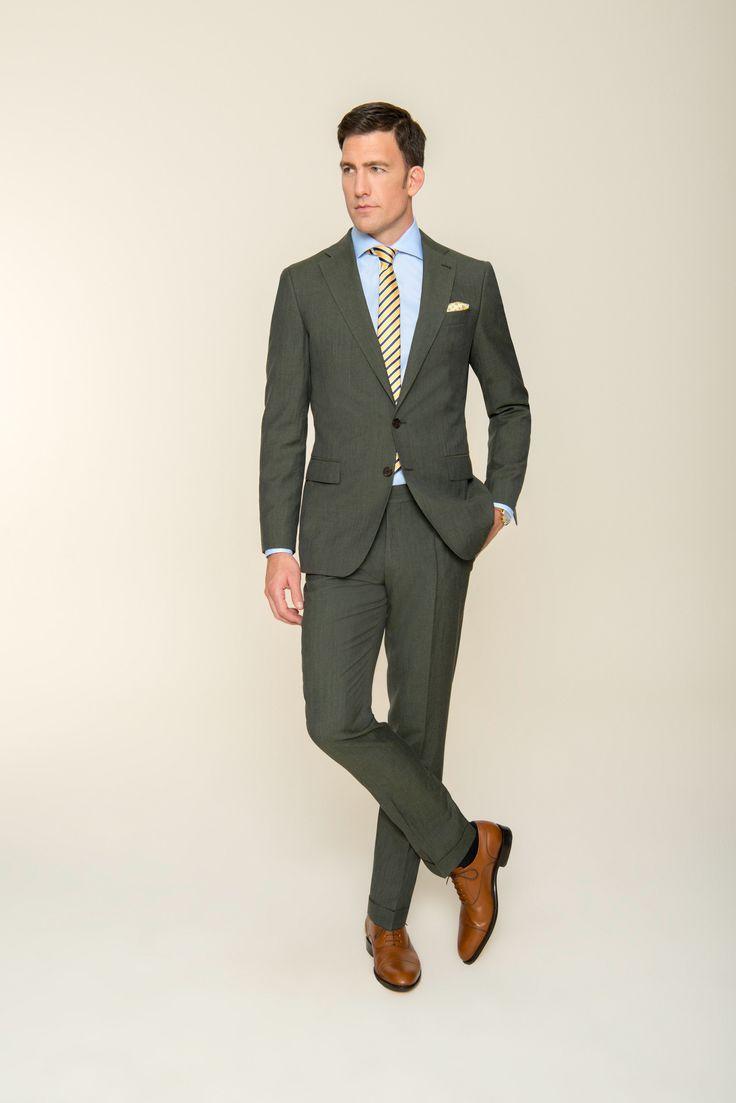 Klassischer Fit, trendiger Farbton – Sie beweisen mit diesem Herrenanzug Ihr feines Gespür für den perfekten Auftritt. Nichts lenkt vom außergewöhnlichen Olivgrünen Farbton ab. Der Stoff aus wunderschönem Schurwoll-Leinen-Mix unterstützt den perfekten Tragekomfort. Ein Hemd in Hellblau und eine gestreifte Krawatte runden den Look gekonnt ab und verleihen Ihnen eine elegante Note.
