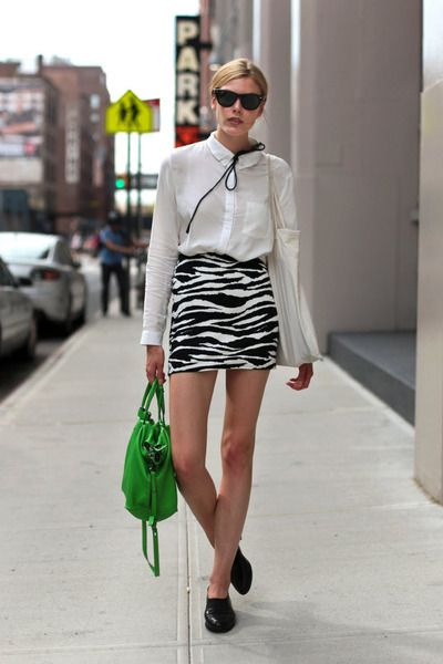 SEE YOU LATER: Street Fashion, Fashion Streetstyl, Pop Of Colors, Black And White, Green Accent, Green Handbags, Street Style, Zebras Prints, Girls Fashion