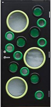 Gilje ytterdør Hebe malt kompaktlaminat. Ekstrem slitestyrke, vanntett. Svart NCS S 9000N, grønn 2050 G50Y og G10Y. Runde vinduer.