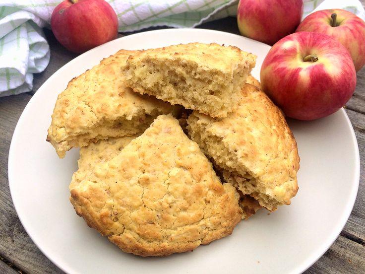 Scones som blir extra goda och saftiga med rivet äpple i smeten. Smaken av äpple och kanel gör att de påminner om äppelpaj. Dessa äppelscones är ett måste på höstens alla mysfrukostar!