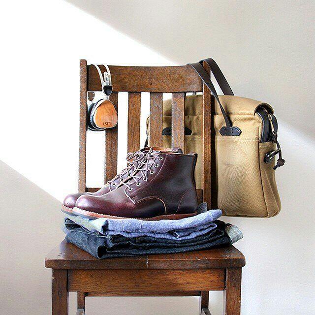 Du chambray, un jean, des Alden en cuir chromexcel et un sac Filson. Le parfait…