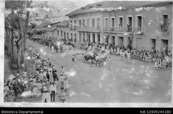 Jorge Terreros. Carroza y desfile de inauguración de los carnavales de Palmira 1924  PALMIRA: Biblioteca Departamental Jorge Garces Borrero, . 9x14.