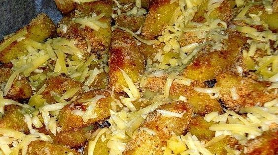 Ropogós, sajtos sült krumpli lilahagyma salátával a téli estékre | Sokszínű vidék