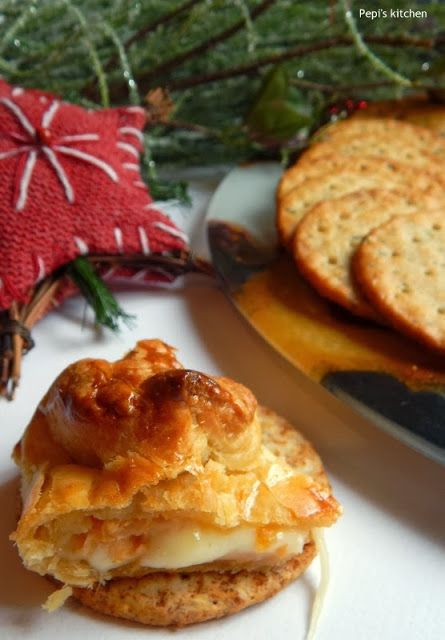Σφολιάτα γεμιστή με μπρι και καραμελωμένο μήλο http://pepiskitchen.blogspot.gr/2013/12/sfoliata-gemisti-me-brie-kai-karamelomeno-milo.html