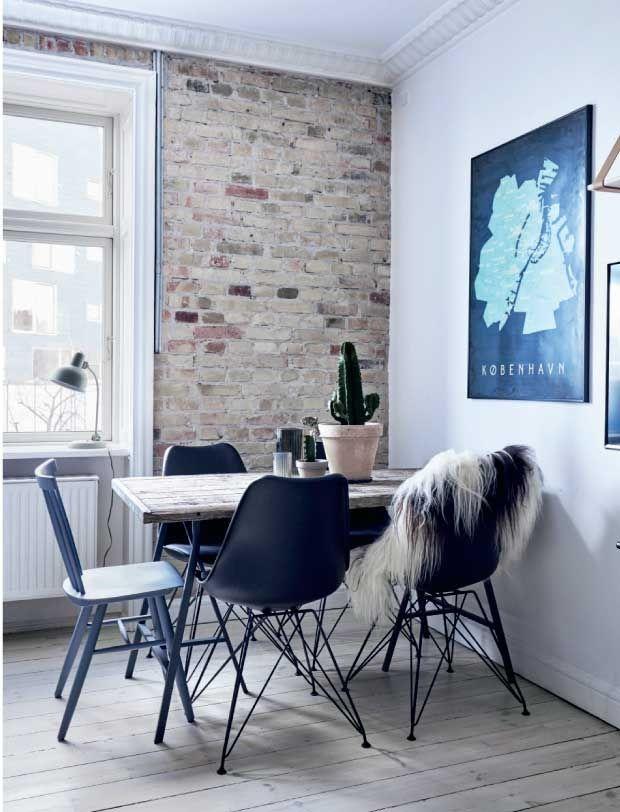 Elsker du også at dekorere dine vægge? Så kig med indenfor hos Christina Høst, der ikke har en eneste bar væg. Hun bruger gerne løs af både maling, farvet spartelmasse, hylder og cool plakater for at gøre sin lejlighed hyggelig.