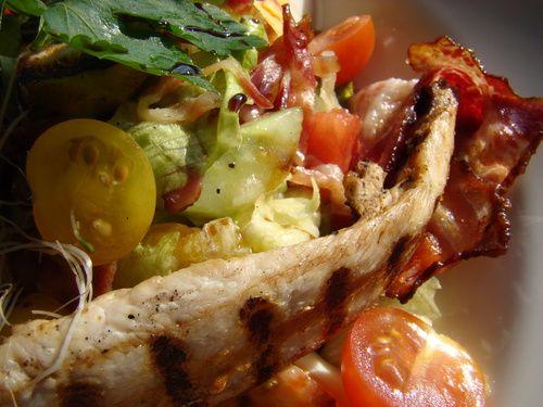 Sałata z grillowaną piersią indyka, ogórkiem i pomidorkami/ Grilled turkey breast, baked bacon, cucumber and cherry tomatoes salad