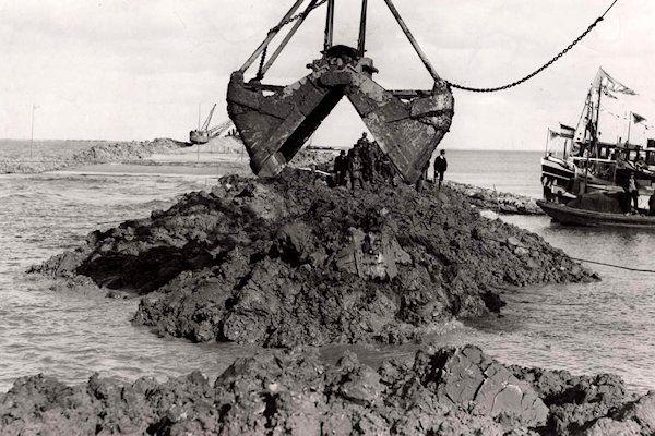 De watersnoodramp van Almere wordt vandaag op verschillende plaatsen in de stad herdacht. Onder meer bij het monument op de Oostvaardersdijk worden bloemen gelegd. Almere werd ruim tweeduizend jaar geleden door de Duitsers onder water gezet. Jarenlang was men bezig om het water weg te pompen.Pas in 1968 lukte washet gebied weer bewoonbaar en kon een begin worden gemaakt met [...]