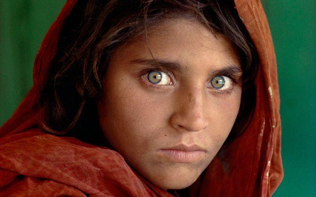 Sharbat Gula, ragazza afgana al campo profughi di Nasir Bagh, vicino a Peshawar, Pakistan (1984)