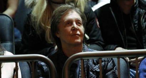 Nous vous évoquions hier la venue de Paul McCartney au Madison Square Garden. Nous imaginions alors que Paul était en repérage pour un éventuel concert... mais il semble que ce ne soit pas le cas ! paul était en effet présent pour assister au match de basket New York Knicks contreDetroit Pistons . #paulmccartney  #madisonsquaregarden