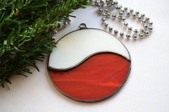 Pour vous voici vitrail rouge ronde décoration de Noël. Il sera idéal comme décoration de Noël dans les branches de votre arbre de Noël. Si vous le souhaitez, ce décor de vacances orneront votre fenêtre comme un capteur. Elle est belle et lumineuse et vous pouvez l'utiliser comme décoration murale. Tout ce que vous choisissez sera féerique de Noël. Et c'est une idée cadeau adorable pour quelquun de spécial pour vous.  Décoration de Noël mesure environ 10 cm (environ 4 po)…