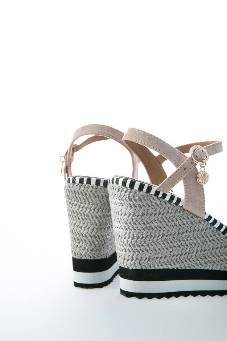 Platform in constrasting colors with nude straps. Strap with buckle fastening on the ankle. Contrasting coloured sole. Sole 10 cm. https://www.modaboom.com/platforma-se-sunduasmo-chromaton.html