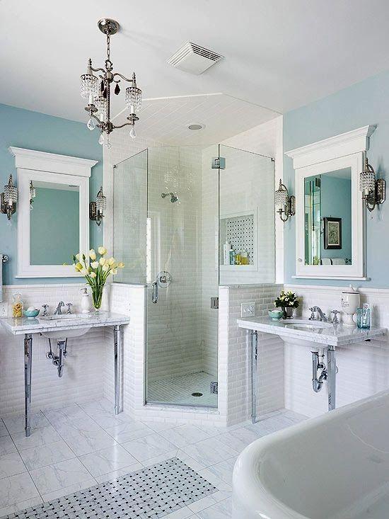 Nos encanta este cuarto de baño: limpio y sencillo.