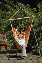 RELAX ORANGE HÄNGSTOL  Detta är en av våra mest prisvärda hängstolar. Hängstolen Relax är tillverkad för hand av skickliga brasilianska hantverkare och finns i flera fina färger. Den är gjord av 100% bomull som är mjuk och skön. Den är idealisk för stunder när man vill koppla av och t.ex. läsa en god bok, eller drömma sig bort. Liggytan är ganska stor, så man kan kura ihop med benen också.