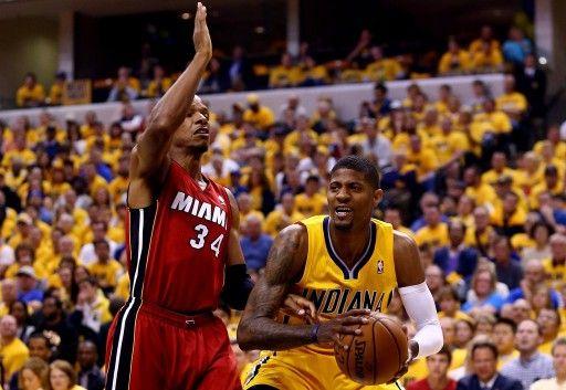 13-14NBAプレーオフ・イースタンカンファレンス決勝(7回戦制)第1戦、インディアナ・ペイサーズ(Indiana Pacers)対マイアミ・ヒート(Miami Heat)。マイアミ・ヒートのレイ・アレン(Ray Allen)をかわすインディアナ・ペイサーズのポール・ジョージ(...