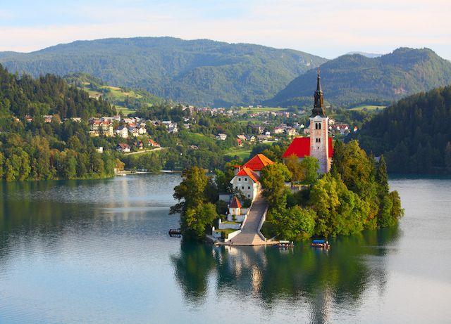まるでモンサンミッシェル!? スロヴェニアの聖マリア教会