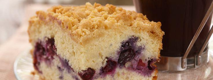 Gâteau danois aux bleuets- Les amateurs de bleuets en perdront leur latin lorsqu ils mordront dans ce délicieux gâteau danois. Mangez-le dès sa sortie du four avec de la crème fouettée.