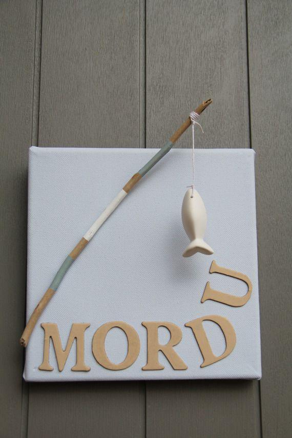 Tableau style bord de mer en relief avec lettres et canne à pêche.