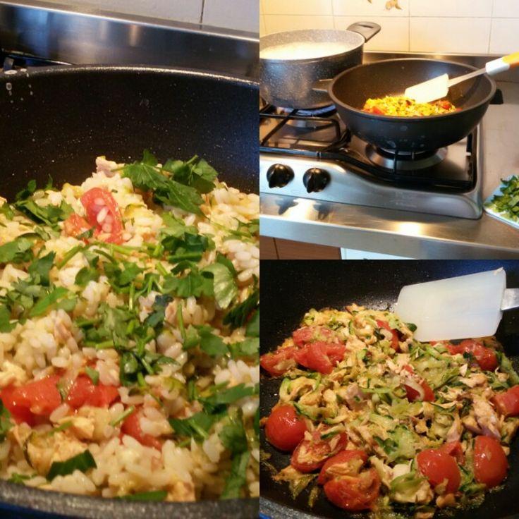 Risotto con salmone, zucchine, pomodori pachino e tanto prezzemolo tritato.